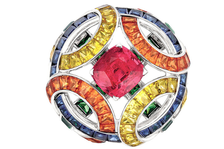 Кольцо Cafe Society, белое золото, синие и желтые сапфиры, бриллианты, оранжевые гранаты, красные шпинели и цавориты.