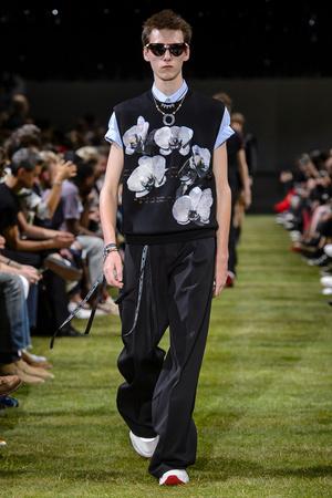 Показ Dior Homme коллекции сезона Весна-лето 2018 года Men prêt-à-porter - www.elle.ru - Подиум - фото 623614