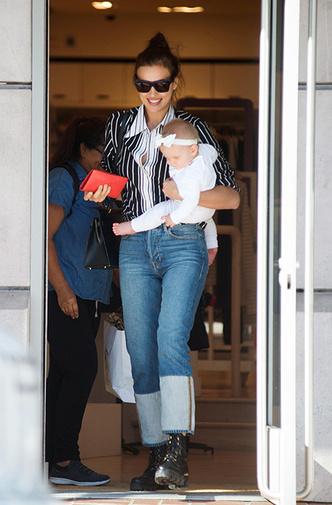 Фото дня: Ирина Шейк на прогулке с дочерью фото [1]