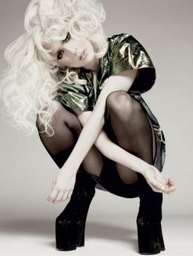 Платье из пластика, Jil Sander; колготки, Falke; замшевые сапоги на платформе,  Vivienne Westwood
