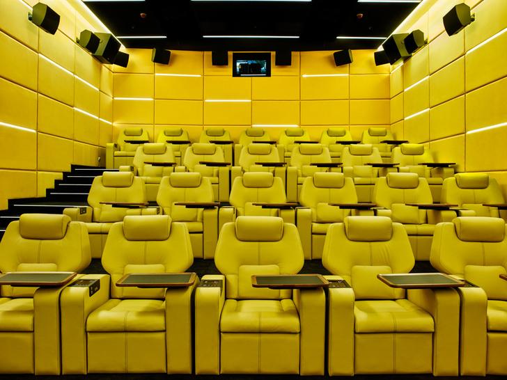 Интерьер кинозалов напоминает декорации к фильму «2001 год: Космическая одиссея» Стэнли Кубрика. Стены обиты бархатом.
