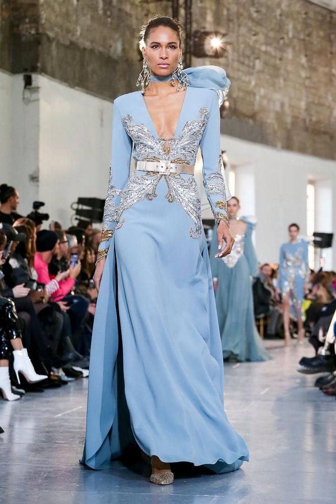 Вырезы в форме галстука и сотни тысяч кристаллов: Elie Saab Haute Couture 2020 (фото 33.2)