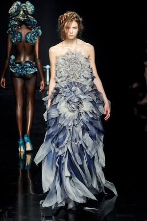 Показ Yiqing Yin коллекции сезона Осень-зима 2012-2013 года Haute couture - www.elle.ru - Подиум - фото 405048
