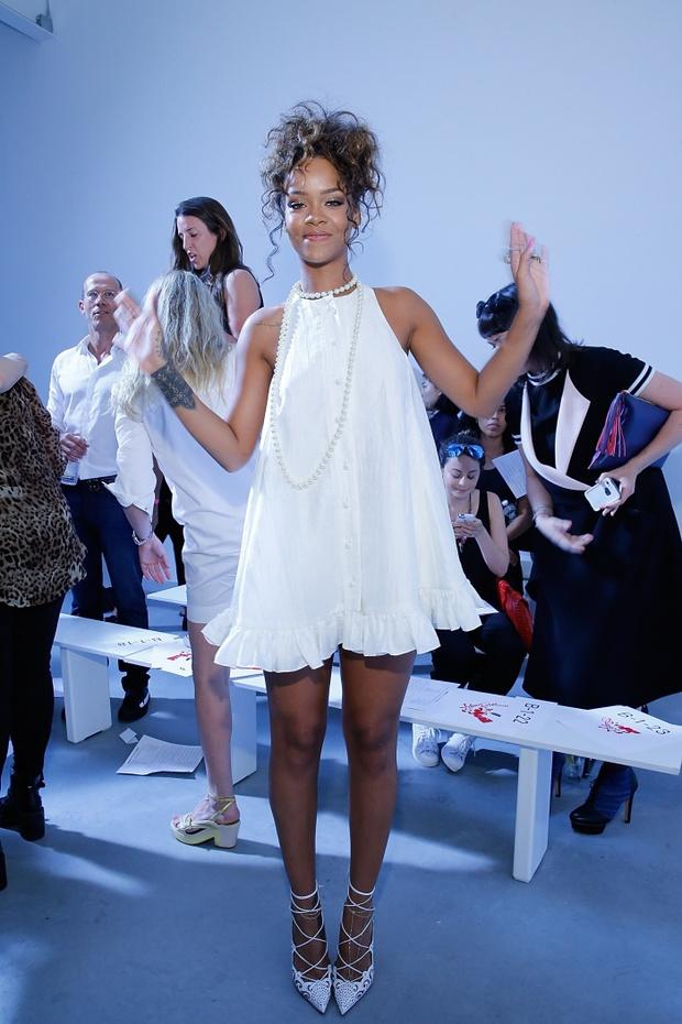 Рианна в коротком белом платье: фото