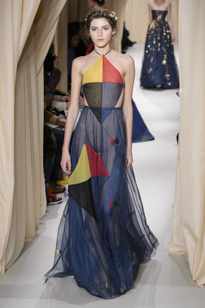 Показ Valentino коллекции сезона Весна-лето 2015 года haute couture - www.elle.ru - Подиум - фото 593301