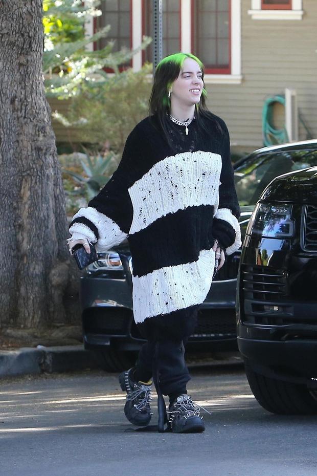Билли Айлиш подает пример, как носить oversize-свитер (фото 1)