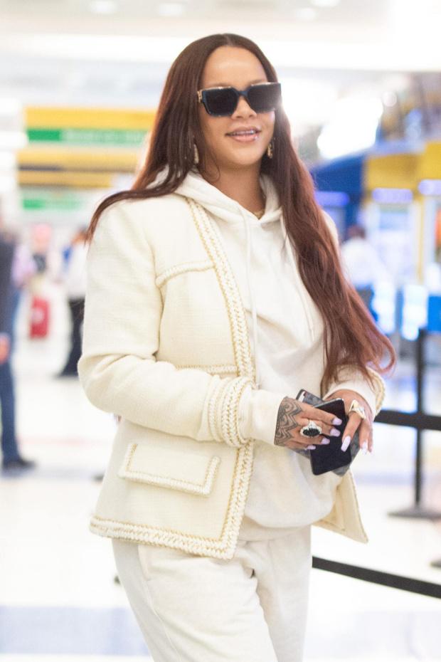 В чем летает самая богатая певица на планете? Рианна после каникул (фото 3)