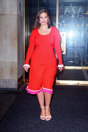 Женщина в красном: Эшли Грэм в Нью-Йорке (фото 1.1)