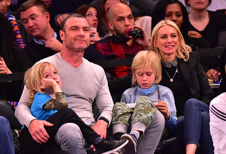 Наоми Уоттс и Лив Шрайбер с сыновьями