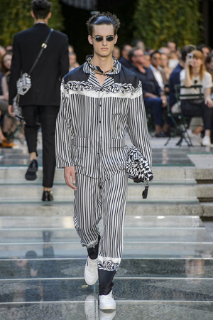 Показ Versace коллекции сезона Весна-лето 2018 года Men prêt-à-porter - www.elle.ru - Подиум - фото 622233