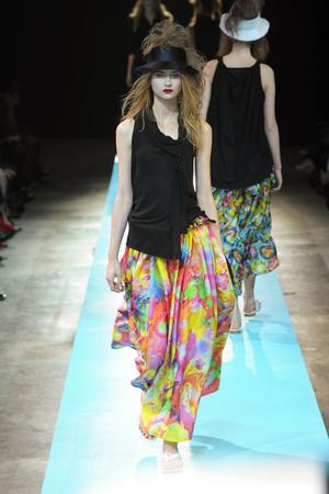 Показы мод Yohji Yamamoto Весна-лето 2011 | Подиум на ELLE - Подиум - фото 2503