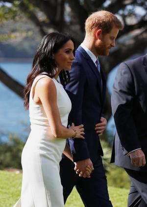 Белое платье и бежевое пальто: Меган Маркл и принц Гарри в Австралии (фото 2.1)