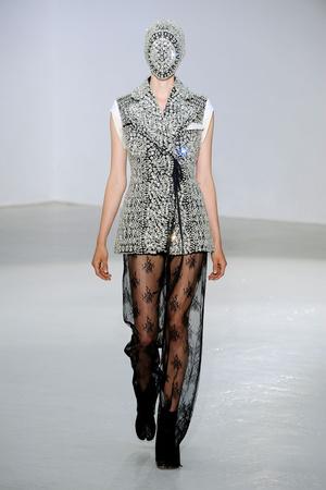 Показы мод Maison Martin Margiela Осень-зима 2012-2013 | Подиум на ELLE - Подиум - фото 1343