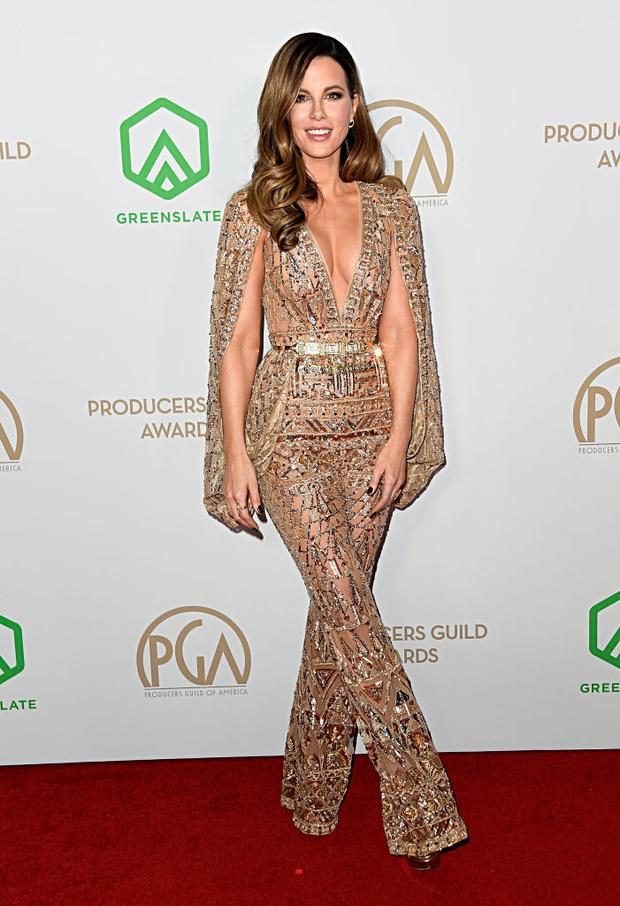 «Голым» может быть не только платье, но и комбинезон — как у сексуальной Кейт Бекинсейл (фото 1)