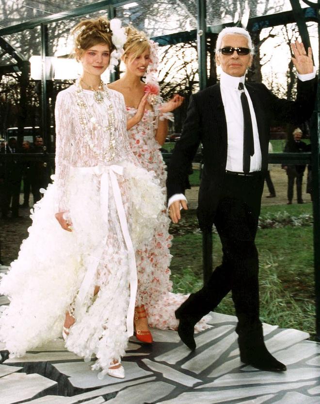 10 знаковых платьев Chanel, созданных Карлом Лагерфельдом (фото 8)