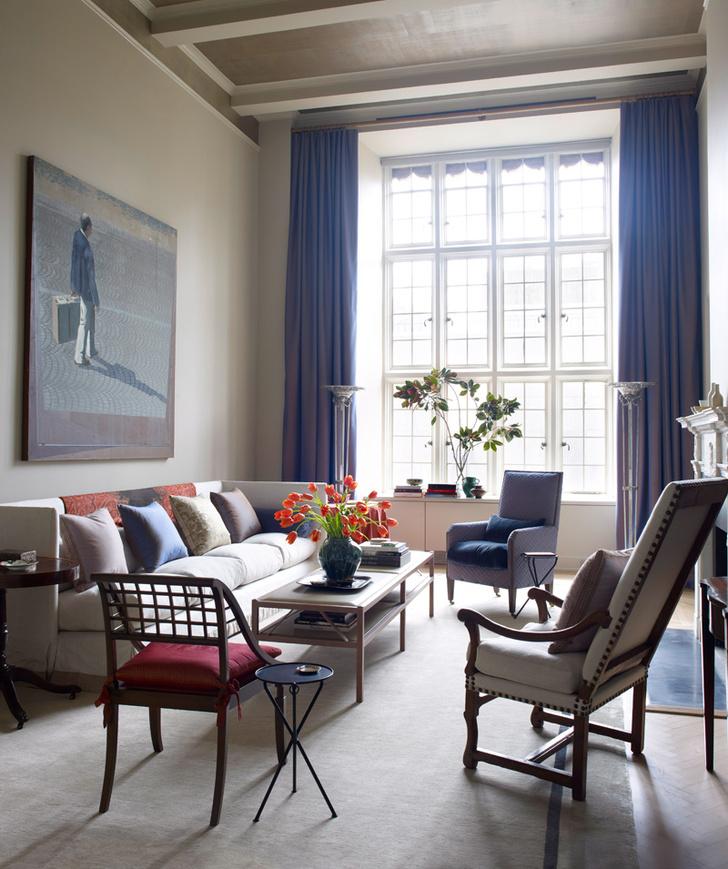 Стены гостиной Джон Саладино обил тканью. Картины — из семейной коллекции хозяев. Диван, кофейный столик и кресла сделаны по эскизам дизайнера. Ковер, Sacco Carpet.