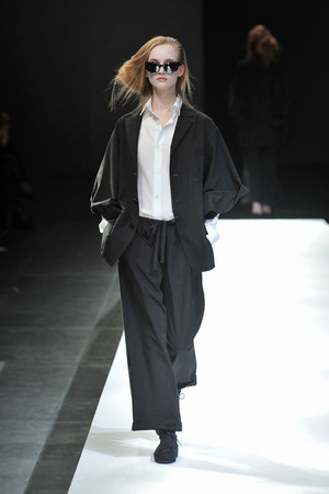 Показы мод Yohji Yamamoto Весна-лето 2009 | Подиум на ELLE - Подиум - фото 3291