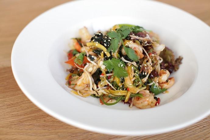 Салат с морепродуктами в азиатском стиле