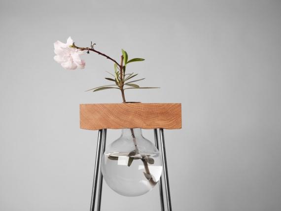 Чешские дизайнеры сделали деревянный столик для цветов