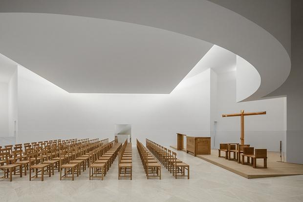 Бетонная церковь Алваро Сизы во Франции (фото 4)