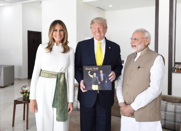 Белоснежный комбинезон и винтажный пояс из индийского шелка Мелании Трамп (фото 2)