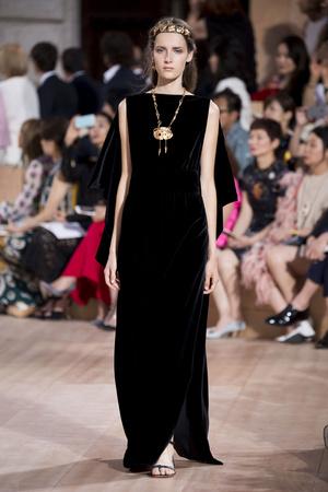 Показ Valentino коллекции сезона Осень-зима 2015-2016 года haute couture - www.elle.ru - Подиум - фото 597459