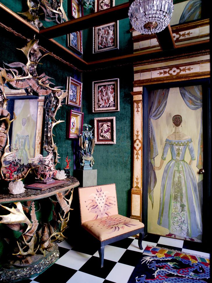 Холл. Дверь, на которой изображена женская фигура, ведет в туалет. Автор росписи — Элизабет Дюкетт. Дверной портал изготовлен в Италии в XIX веке. Консольный столик из оленьих рогов — работа Тони Дюкетта.
