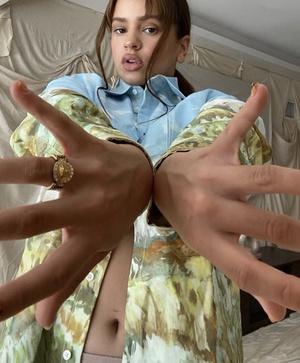 Лучше всего рубашка Jacquemus смотрится на обнаженном теле. Доказывает Розалия (фото 1.2)