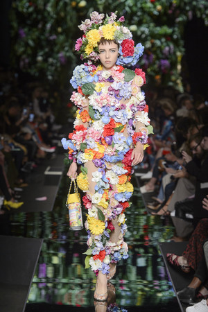 Показ Moschino коллекции сезона Весна-лето 2018 года Prêt-à-porter - www.elle.ru - Подиум - фото 637671