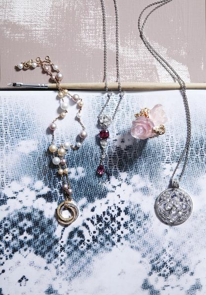 1 Колье Trinity Pearls, белое, желтое и розовое золото, жемчуг, бриллианты, Cartier, бутики Cartier. 2 Колье Piaget Rose, белое золото, бриллианты, турмалины, Piaget, бутики Piaget. 3 Кольцо Dior Pré Catelan, розовое золото, бриллианты, розовый кварц, Dior, бутики Dior. 4 Подвеска Ardentes, белое золото, бриллиант фирменной огранки в форме цветка Monogram, бриллианты классической огранки, Louis Vuitton, бутики Louis Vuitton.
