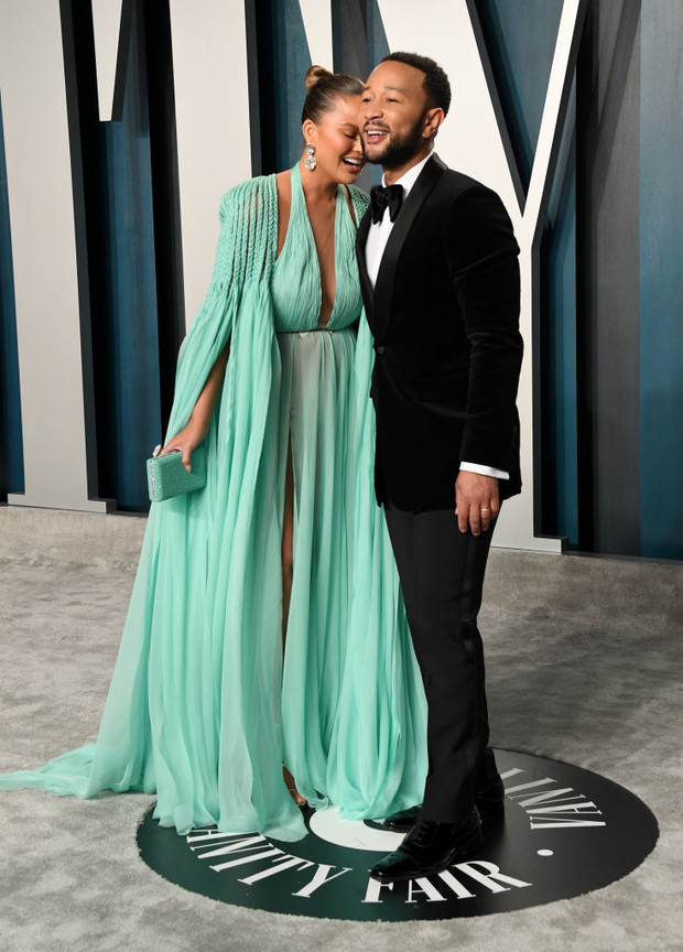 Завораживающее «голое» платье морской волны: Крисси Тейген после «Оскара» (фото 4)