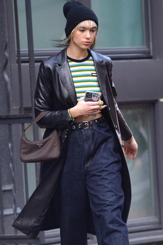 Дуа Липа в широких джинсах и c самой популярной сумкой сезона (фото 1.2)