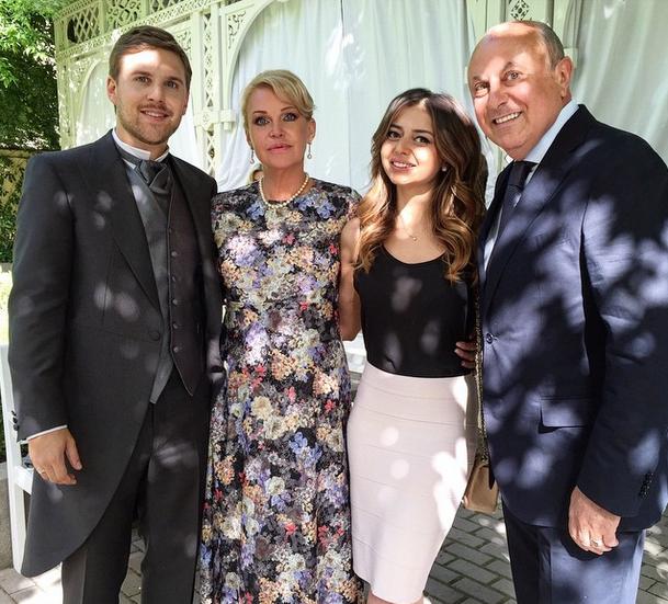 Петр Максаков с матерью и гостями торжества