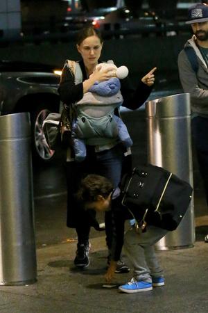 Фото дня: первый выход Натали Портман с семьей за долгое время (фото 2)