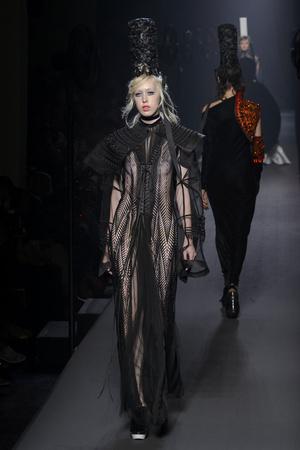 Показ Jean Paul Gaultier коллекции сезона Осень-зима 2015-2016 года Haute couture - www.elle.ru - Подиум - фото 597236