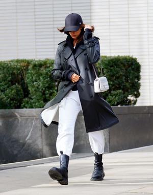 Носите широкие брюки с высокими ботинками как Ирина Шейк в Нью-Йорке (фото 1.1)