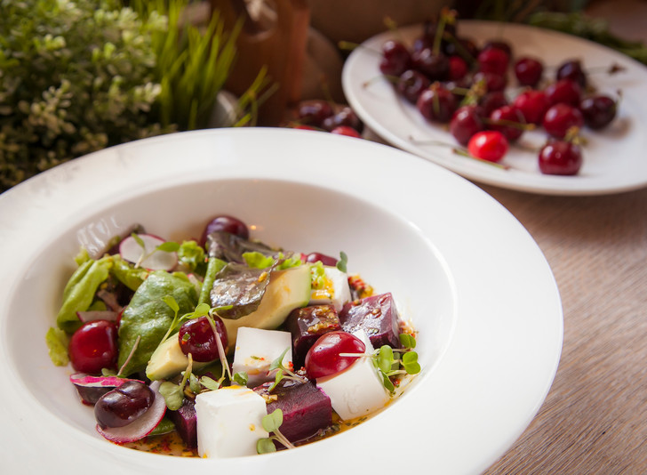Салат с томленым гусем, хрустящим фенхелем и спелым нектарином летние салаты с фото