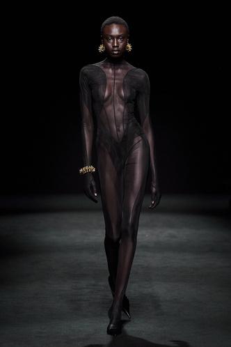 Прозрачные ткани, глубокое декольте и кожа: Mugler FW 2020 (фото 14.2)