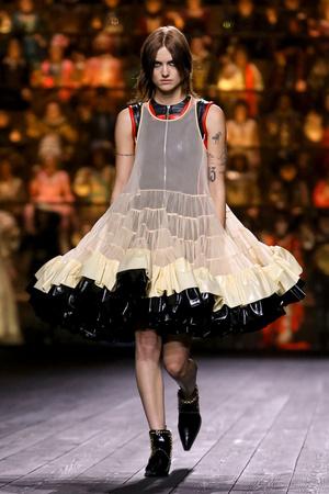 Как носить пуховик с вечерним платьем? Ответ найдете на показе Louis Vuitton (фото 3.2)