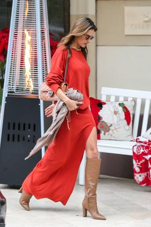 Какая обувь идеально подходит к красному платью? Показывает Алессандра Амбросио (фото 3.2)