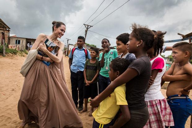 Она умеет улыбаться и носить метры бежевого хлопка: Анджелина Джоли в Колумбии (фото 1)
