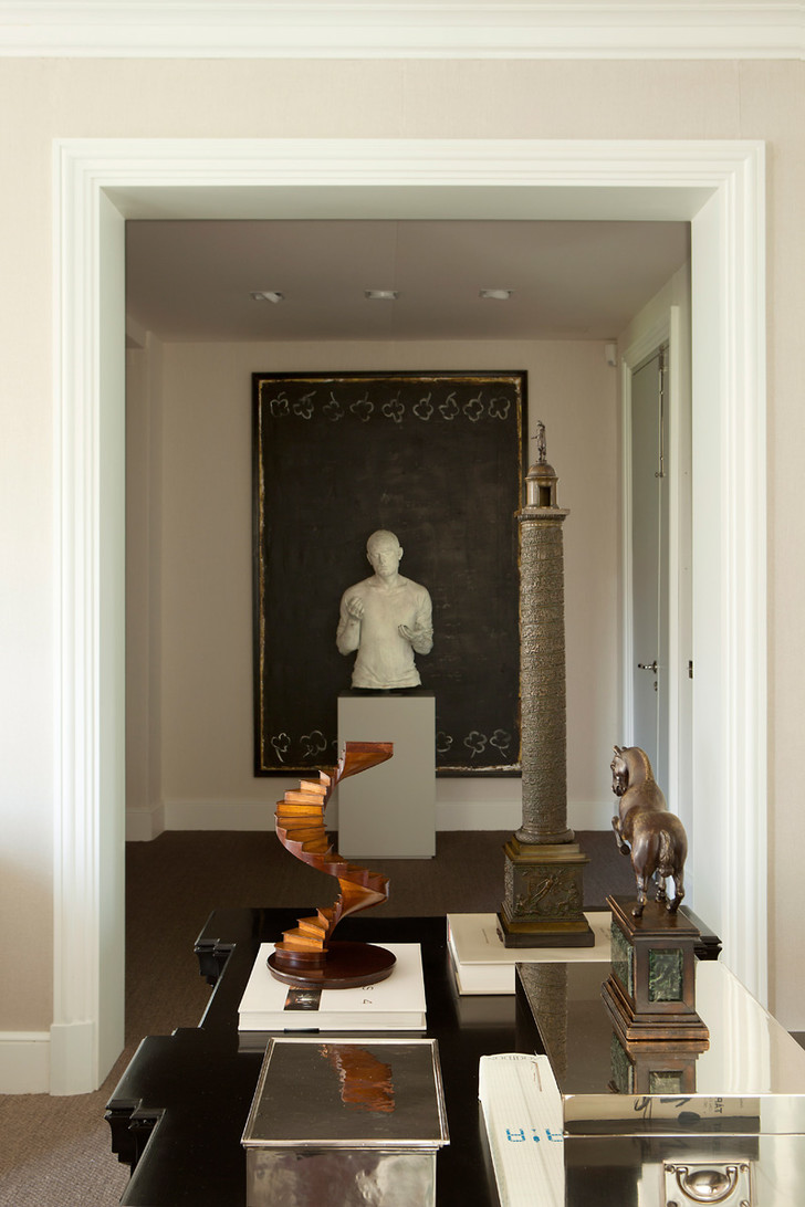 Коллекция антиквариата, собранная хозяином дома. На стене — работа художника Хуана Эрнандеса Пихуана. Перед ней — скульптура, автор Хулио Лопес Эрнандес.