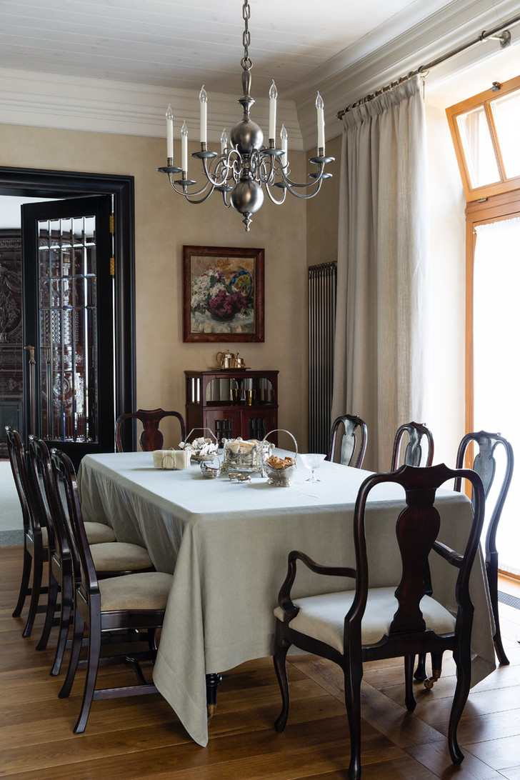 Столовая. В комплект к антикварным стульям приобретены два кресла, Bertele Mobili. Люстра, Bronze d'Art Français. Стол, Zonta. Скатерть, Ivano Redaelli.