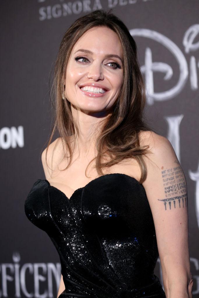Темные силы: Анджелина Джоли в сексуальном платье Atelier Versace (фото 2)