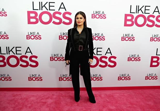 Во фраке и с тремя колье сразу: Сальма Хайек на премьере фильма «Как босс» (фото 3)