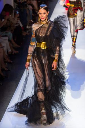 Показ Jean Paul Gaultier коллекции сезона Осень-зима 2017-2018 года Haute couture - www.elle.ru - Подиум - фото 624359