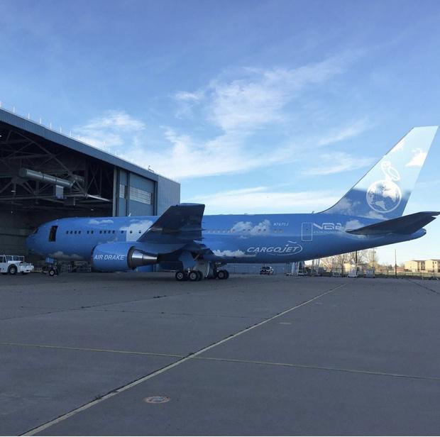 Верджил Абло сделал кастомизированный самолет для Дрейка (фото 1)