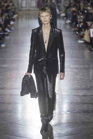 Показ Givenchy коллекции сезона Весна-лето 2018 года Prêt-à-porter - www.elle.ru - Подиум - фото 656751