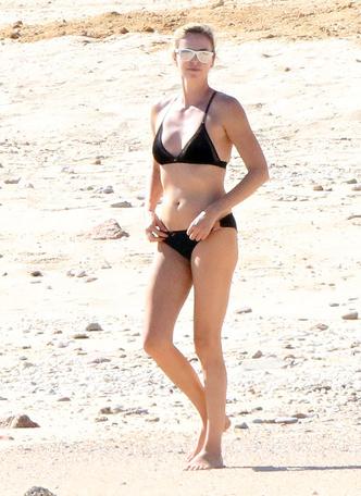42-летняя Шарлиз Терон показала фигуру в купальнике (фото 2)