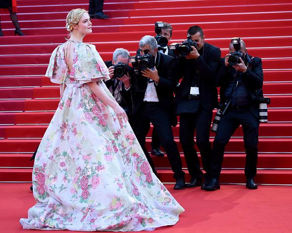 Цветущий Эдем: Эль Фаннинг в ослепительном платье Valentino в Каннах (фото 6)